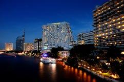 Illuminazione piacevole della costruzione dell'hotel accanto al Chao Phraya Fotografie Stock