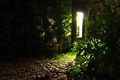 Illuminazione tenue morbida che viene da una torre all'aperto di luce dove le Fotografia Stock Libera da Diritti