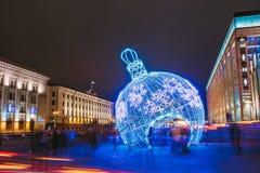 Illuminazioni e decorazioni di Natale della città in città Oktyabrskay Immagini Stock Libere da Diritti