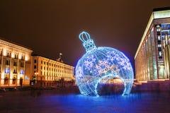 Illuminazioni e decorazioni di Natale della città in piazza a Minsk Fotografia Stock