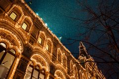 Illuminazioni festive in vie della città Decorazione delle luci di Natale e del nuovo anno alla notte nevosa, quadrato rosso, Mos Fotografie Stock Libere da Diritti