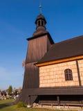 Illuminez la vieille, foncée église en bois de la trinité sainte dans Ko photos libres de droits