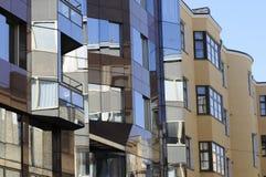 Illusion und der verbogene Raum der Stadt in seinen Glasfenstern Stockbild