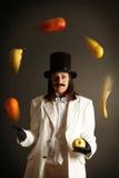 Illusionist, der mit Früchten jongliert Stockfotos