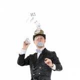 Illusionist Shows Tricks met Speelkaart Royalty-vrije Stock Foto