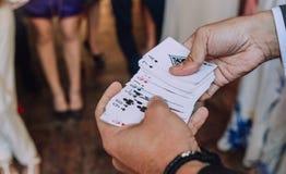 Illusionisten som spelar kort, visar trickpartiet royaltyfria foton