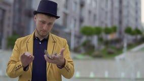 Illusionniste dans le chapeau et la guêpe avec jouer des cartes dans des mains banque de vidéos