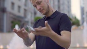 Illusionniste professionnel se déplaçant habilement jouant des cartes dans des mains banque de vidéos