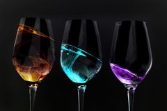 Illusions en verre de vin sur le noir Photo stock