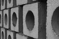 Illusorische Wand hergestellt von den großen grauen Ziegelsteinen vom Maurer lizenzfreie stockfotos