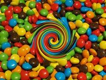 Illustratie, Partij van kleurrijke chocoladedalingen stock afbeeldingen