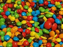 Illustratie, Partij van kleurrijke chocoladedalingen royalty-vrije stock foto's