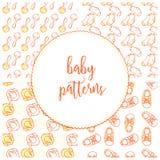 Illustratie van babyschoenen, rattler, gele eend en sokken in patroon 4 royalty-vrije illustratie