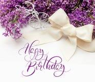 Illustratie van boeket van lilac lelies met tekst Gelukkige Verjaardag Kalligrafie het van letters voorzien Royalty-vrije Stock Foto's