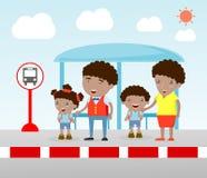 Illustratie van de Familie bij de bushalte, de vectorillustratie die van A van Familie bij een bushalte wachten Vector Illustratie