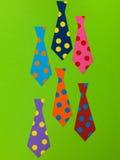 Illustratie van de Halsbanden van Mensen op een Groene Bakcground stock afbeelding