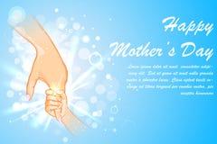 De holdingshand van de moeder van kind op Moederdag Stock Foto's