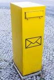 Illustratie van een brievenbus met symbolen voor brief stock fotografie