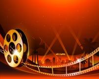 Illustratie van een spoel van de filmstreep op glanzende rode filmachtergrond Royalty-vrije Stock Afbeelding