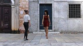 Illustratie van een vrouw in een rode kleding die voorbij een andere vrouw in het oude wereld plaatsen lopen royalty-vrije illustratie