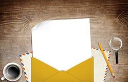 Illustratie van envelop en document op lijst Stock Foto