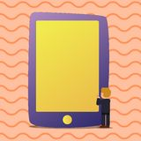 Illustratie van Lege Stevige Kleurentablet Groter dan de Zakenman Standing Mens in Kostuum die Reusachtig Leeg Smartphone onder o stock illustratie