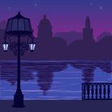 Illustratie van stadshorizon bij nigh: kade en silhouet van lantaarnpaal Stock Foto's