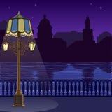 Illustratie van stadshorizon bij nigh: kade, omheining en lantaarnpaal Royalty-vrije Stock Fotografie