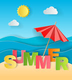 Illustratieconcept de zomervakantie, zonneparaplu op zandig strand, overzees of oceaan en kleurrijke brieven van origami Stock Foto