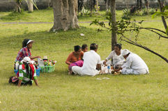 Illustratief Redactiebeeld familie die van een picknick in een park genieten openlucht - Bali, Indonesië Stock Fotografie