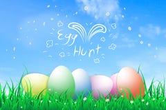 Illustration av den easter dagen ett ägg på den blommande blomman för grönt gräs med blå himmel, jakten för ägg för handattraktio Arkivbilder