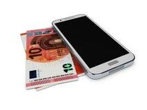 Illustration av mobiltelefonen och pengar på vit bakgrund Begreppsbetalningbesparingar Arkivfoto