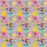 Illustration av sömlöst med bilden av borstarna med målarfärger och borsteslaglängder på en grå bakgrund Arkivbild