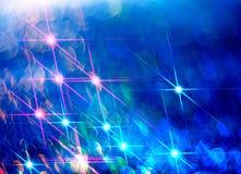 Illustration av skinande strålar på en blå bakgrund vektor illustrationer