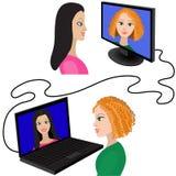 Illustration av två kvinnor som har en video pratstund till och med internet Arkivbilder