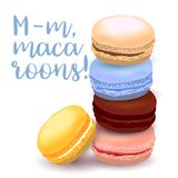 Illustration avec différentes saveurs des macarons, tiré par la main et coloré avec le texte calligraphique sur le fond clair Photos stock