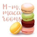 Illustration avec différentes saveurs des macarons, tiré par la main et coloré avec le texte calligraphique sur le fond clair Photos libres de droits