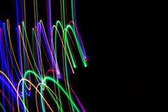illustration 3d Abstrakta modeller av ljus p? svart bakgrund Linjer av f?rger, lysande slagl?ngder arkivfoton