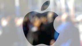 Illustration d'Apple Inc logo sur un verre contre la foule brouillée sur le steet Rendu 3D éditorial Photos libres de droits