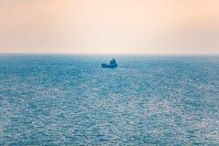Illustration 3d auf weißem Hintergrund Einzelner Tanker, der Waren im Meer transportiert lizenzfreies stockbild