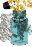 illustration 3d av en flaska av medicin i handrobot stock illustrationer