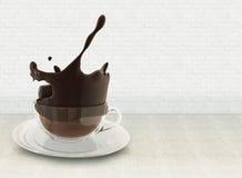 illustration 3D av färgstänk för varm choklad i den glass koppen, plaskande kaffekopp på linnebordduk mot tegelstenväggen Arkivbilder