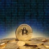illustration 3d av många guld- mynt för bitcoin Arkivbild