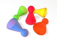 illustration 3d : Cinq morceaux en plastique transparents colorés de jeu de société avec la réflexion Le gagnant et des perdants  Image stock
