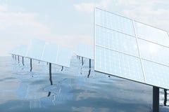 illustration 3D de grands panneaux solaires sur la mer, l'océan ou la rivière Réflexion des nuages sur les cellules photovoltaïqu Images stock