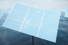 illustration 3D de grands panneaux solaires sur la mer, l'océan ou la rivière Réflexion des nuages sur les cellules photovoltaïqu Photos libres de droits