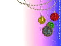 illustration 3d des boules colorées de Noël accrochant sur les perles rondes Image libre de droits