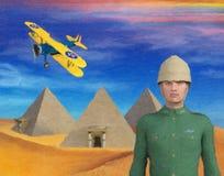 Illustration 3D des Retro- Abenteurers mit Pyramiden und Doppeldecker Lizenzfreie Stockfotos