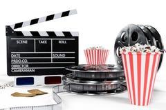 illustration 3D, direktörstol, filmclapper, popcorn, exponeringsglas 3d, filmremsa, filmrulle och kopp med den kolsyrade drinken royaltyfri illustrationer