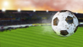 illustration 3d du football de vol partant d'une traînée de fumée Ballon de football sale de rotation, foyer selerctive Images stock
